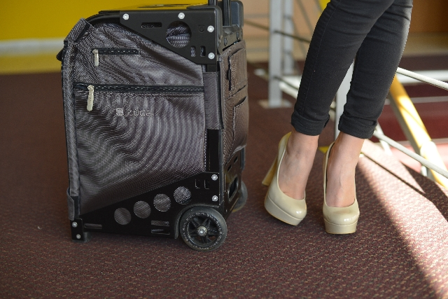 女性とスーツケースの画像